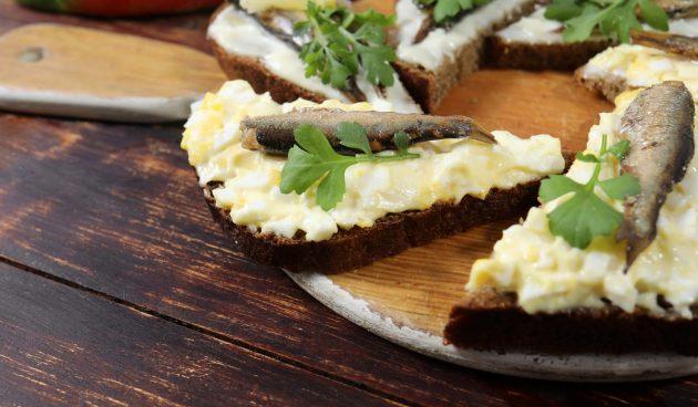 Бутерброды со шпротами, яйцом и сыром