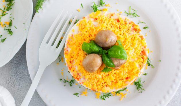 Слоёный салат с курицей, черносливом, горошком и маринованным луком