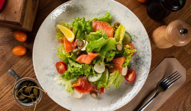 Салат с копчёной красной рыбой, овощами и моцареллой