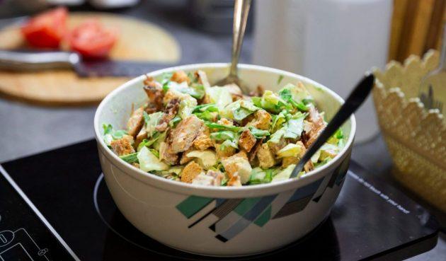 Салат с курицей, огурцом, сельдереем и сухариками