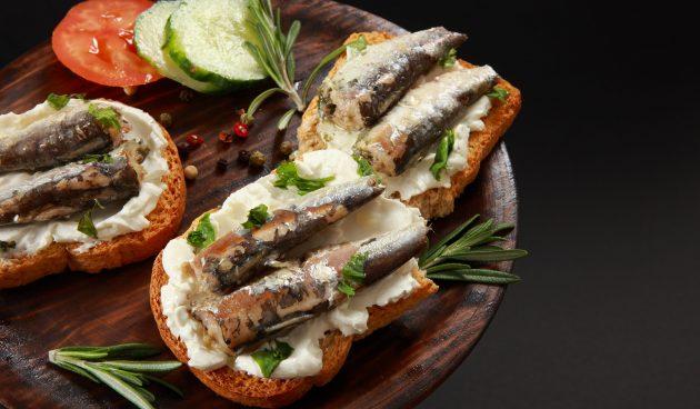 Бутерброды со шпротами и рикоттой