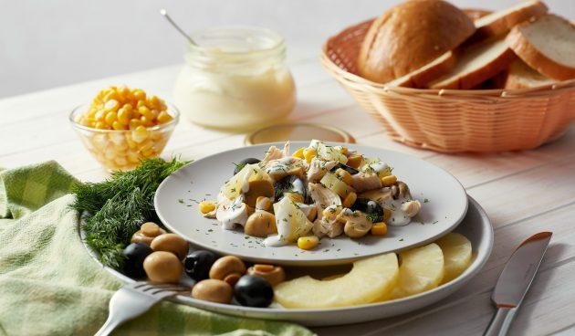 Салат с ананасами, курицей и грибами