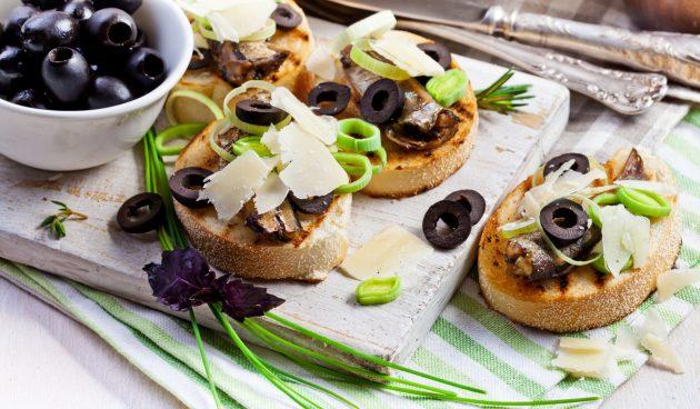 Брускетта со шпротами и маслинами