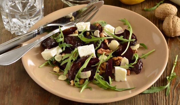 Салат с черносливом, руколой и фетой