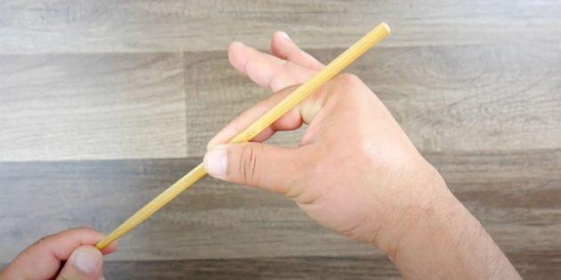 Как правильно есть палочками: возьмите палочку большим и указательным пальцами