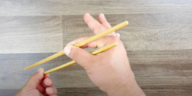 Как держать палочки: вложите в руку вторую палочку