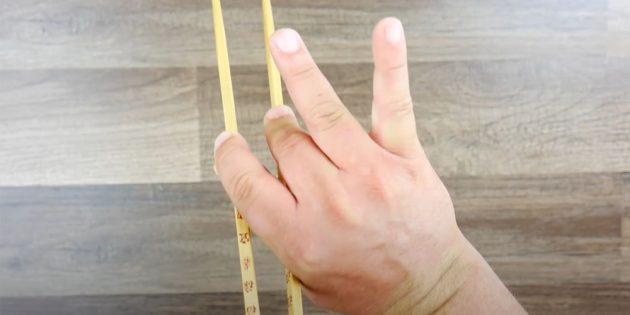 Как держать палочки: зафиксируйте кончиком среднего пальца