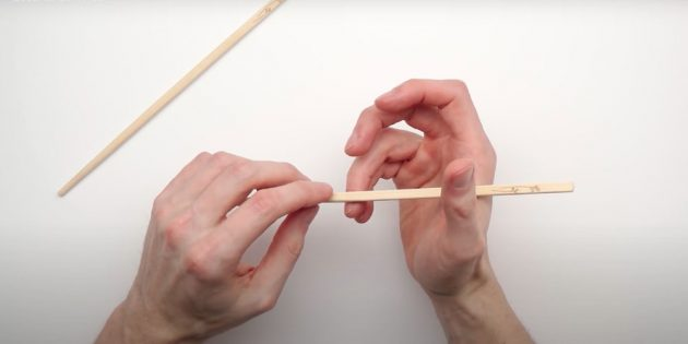 Как есть палочками: возьмите первую палочку