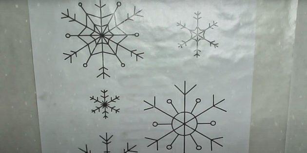 Как украсить окна к Новому году: положите бумагу на шаблон