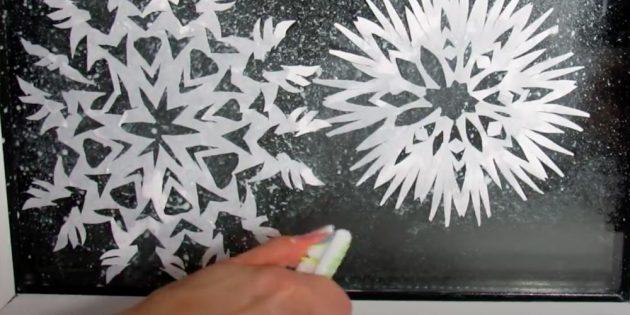 Как нарисовать снежинку: набрызгайте пастой на стекло
