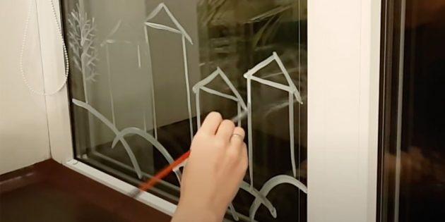 Как украсить окна к Новому году: добавьте дерево и домики
