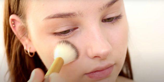 Как сделать естественный макияж: нанесите пудру