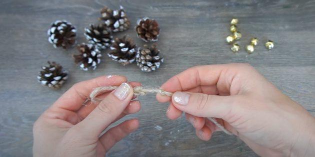 Новогодние поделки из шишек: сделайте два узла