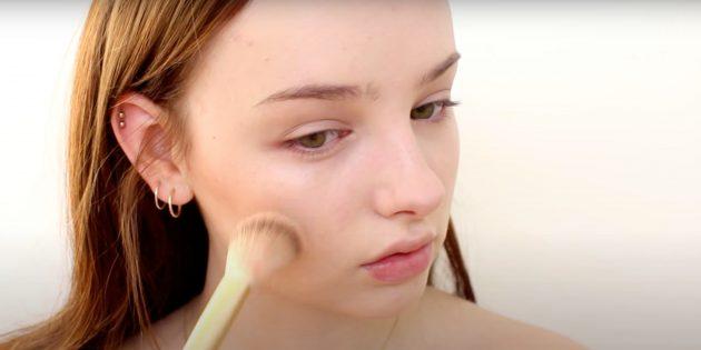 Как сделать натуральный макияж: нанесите румяна