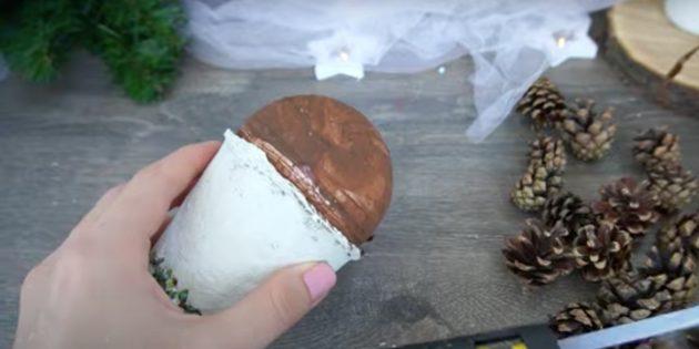 Поделки из шишек: покрасьте шар
