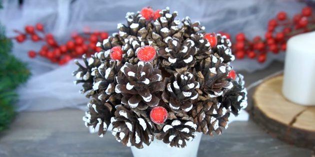 Приклейте ягоды к поделке из шишек