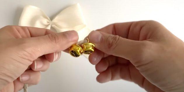 Новогодние поделки из шишек: наденьте колокольчики на верёвку