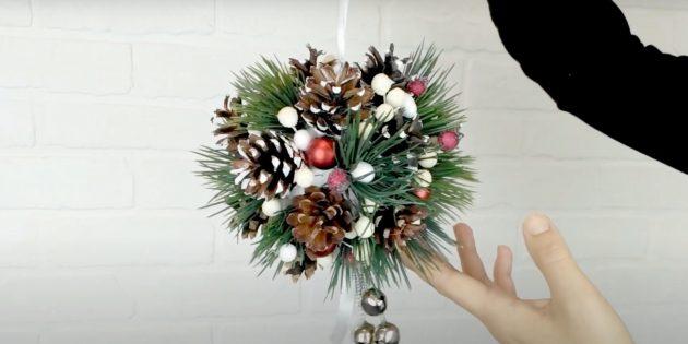 Декоративный шар из шишек