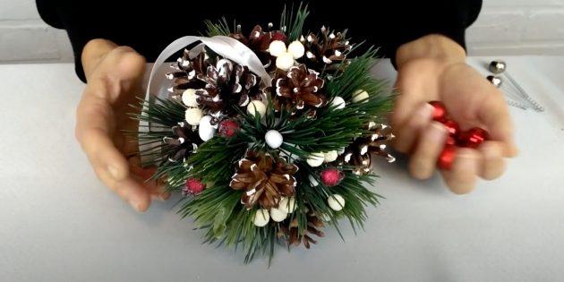 Новогодние поделки из шишек: приклейте декоративные ягоды