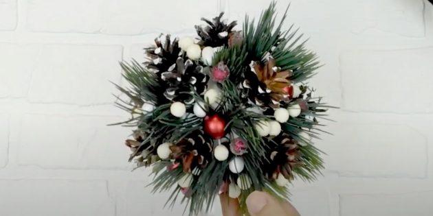 Новогодние поделки из шишек: приклейте ёлочные шары