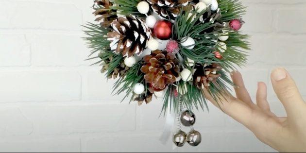 Новогодние поделки из шишек: приклейте колокольчики