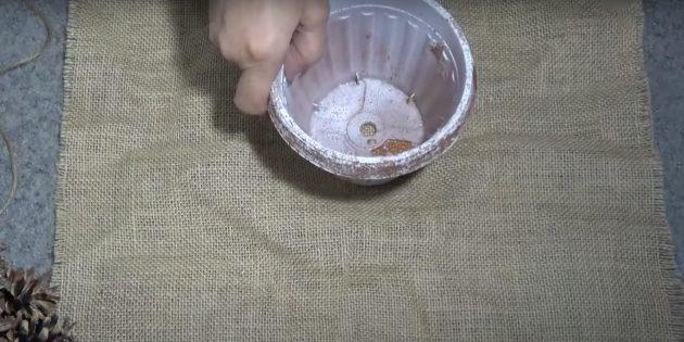 Поставьте горшок на ткань