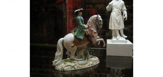 Фарфоровая статуэтка, изображающая Екатерину II на коне Бриллианте в мундире лейб-гвардии Семёновского полка