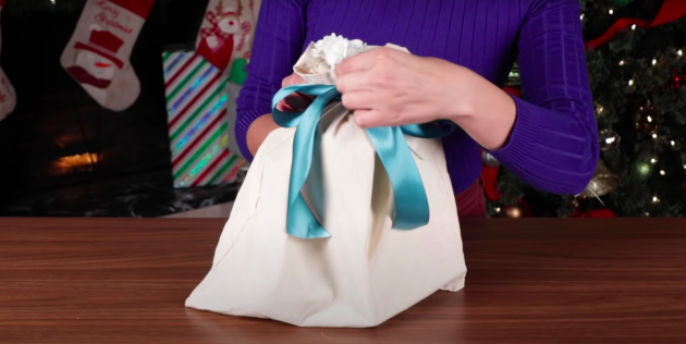 варианты упаковки подарков: хозяйственная сумка