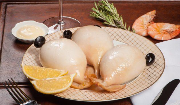 Фаршированные кальмары с сёмгой и яйцами