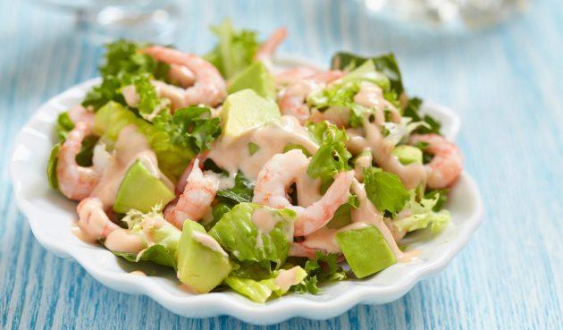 Салат с авокадо, креветками и горчичной заправкой
