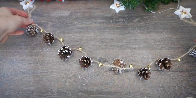 Новогодние поделки из шишек: нанизывайте детали на верёвку