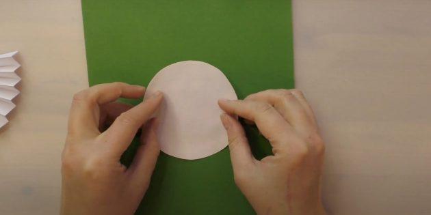 Как сделать Деда Мороза своими руками: приклейте круг к картону