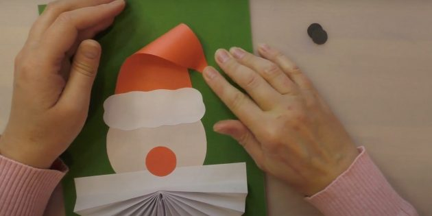Как сделать Деда Мороза своими руками: приклейте кончик шапки к картону