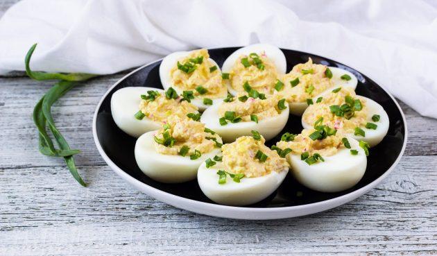 Яйца, фаршированные крабовыми палочками