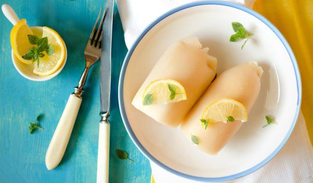 Кальмары, фаршированные сыром и авокадо