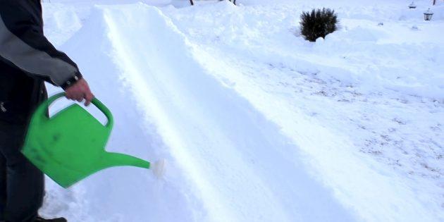 Как сделать горку из снега: Залейте горку