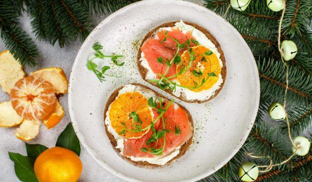 Бутерброды с красной рыбой и мандаринами