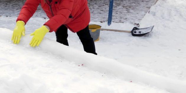 Как сделать горку из снега: вылепите бортики