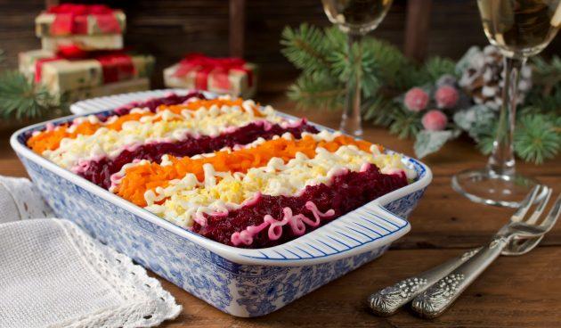 Слоёный салат со свёклой и горошком