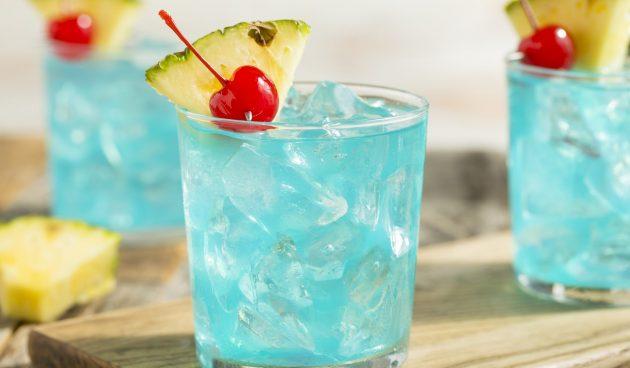 Голубой коктейль с ромом