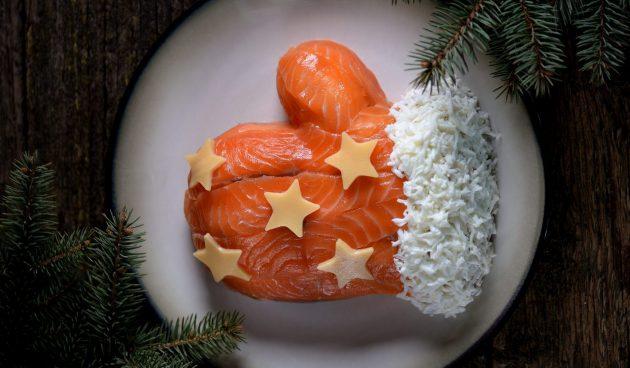 Новогодний салат «Варежка» с красной рыбой