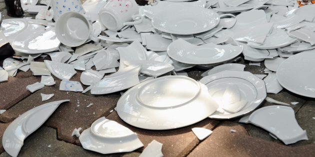 забавные новогодние традиции: разбейте тарелку перед порогом друга