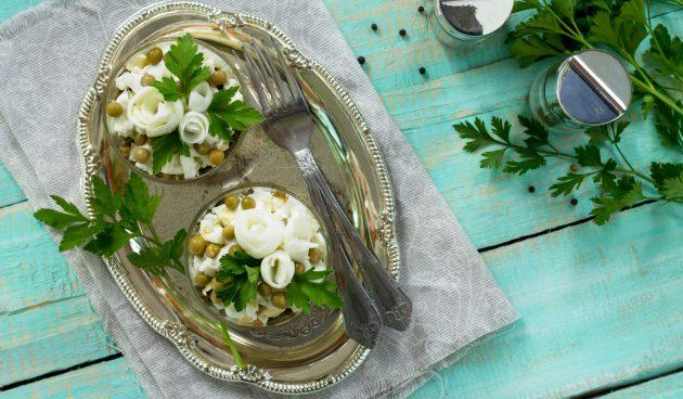 Салат с сайрой и горошком