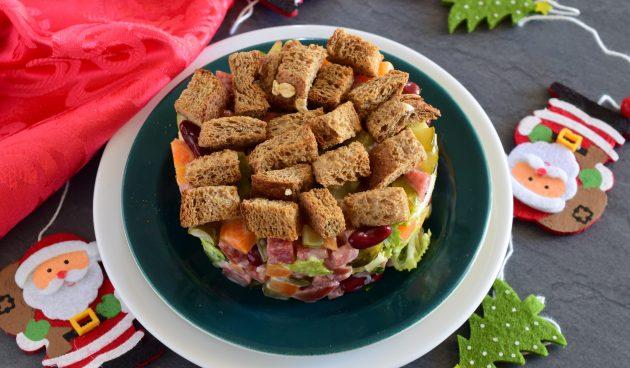 Салат с фасолью, колбасой и сухариками