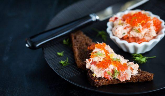 Бутерброды с лососем и икрой