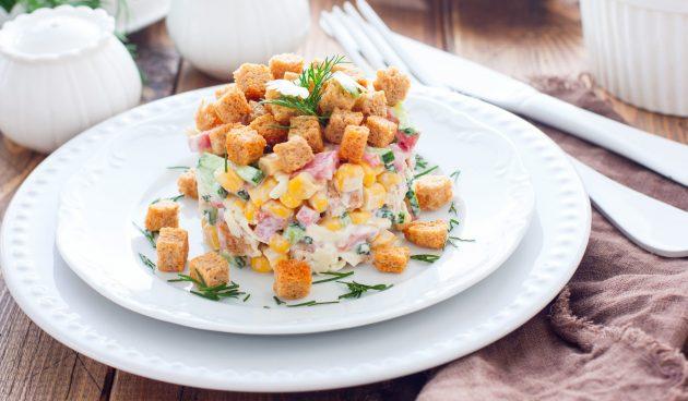 Салат с кукурузой, колбасой и сухариками