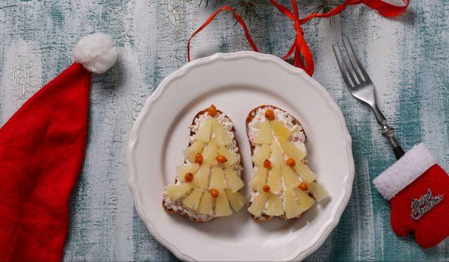 Новогодние бутерброды с ананасами и крабовыми палочками