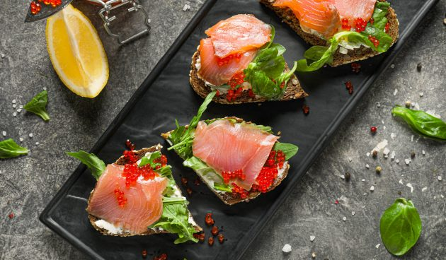 Бутерброды с красной рыбой, сыром и икрой