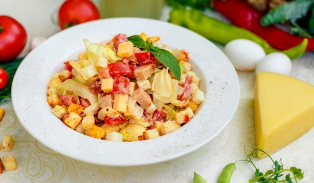 Салат с помидорами, курицей и сухариками