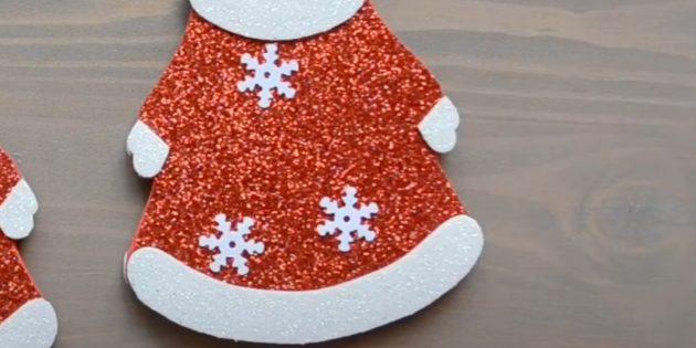 Как сделать Деда Мороза своими руками: приклейте декор на шубу сзади